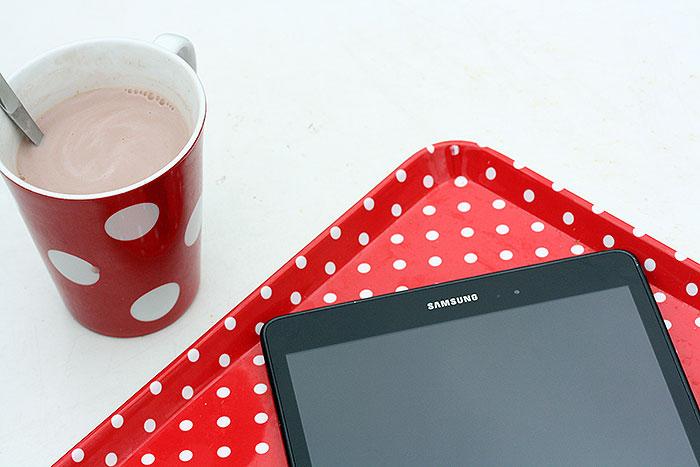 Samsung tablet met rood gestipt dienblad