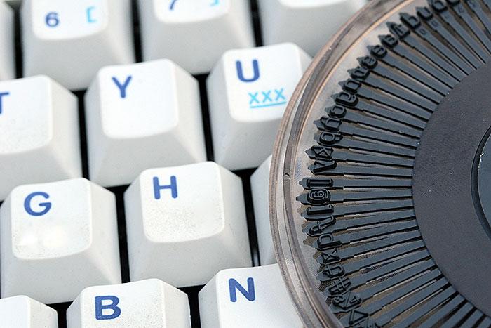 Toetsenbord van een soort van moderne typemachine met letterring