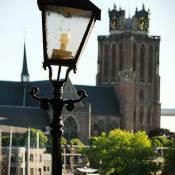 De Grote Kerk van Dordrecht met kenmerkende klokken en scheve toren