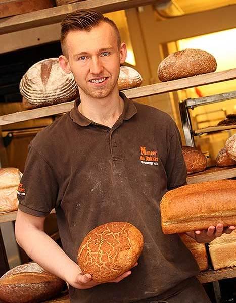 De bakker van Meneer de Bakker. Een betaalde bakkerij net buiten de markt.