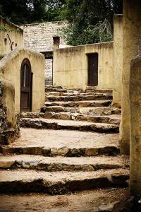 Joods dorp Beth Juda in museumpark Orientalis Heilig Landstichting met kenmerkende huisjes en trappen.