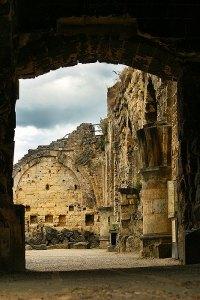Doorkijk vanaf de kapel in de ruïne van Valkenburg
