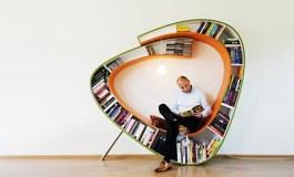 Oranžinė knygų lentyna