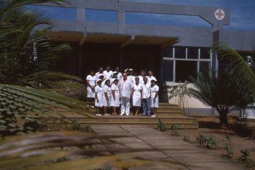 Gydytojas Bendoraitis su personalu prie Bolivijos ligoninės. Nuotrauka iš filmo kūrėjų archyvo