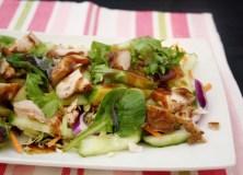 Azijietiškos vištienos salotos