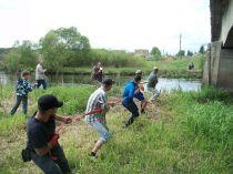 Daug emocijų kelianti virvės per upę traukimo rungtis