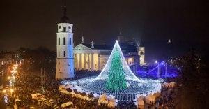 Sostinės eglė išskleidė tviskančią skraistę virš Kalėdų miestelio