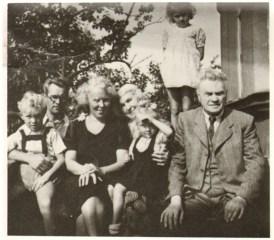 S. Matjošaitis su šeima. Iš dešinės S. Matjošaitis, J. Biliūnienė-Matjošaitienė, dukra M. Matjošaitytė-Lukšienė, žentas K. Lukša ir anūkai. Kaunas, 1948