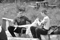 Plaustus pasigaminę jaunuoliai puošiasi projektą viešinančia atributika