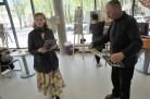 A. ir M. Miškinių bibliotekoje ruošiamasi parodos atidarymui. S. Urbonavičiūtė ir V. Varnas