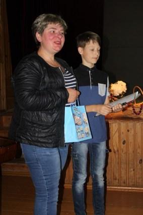 Ramunė Žemaitienė už sakmę apie šalia tėviškės esančius obelų krūmus dėkoja Laurynui Jakubickiui