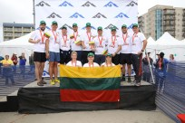 """Lietuvių komanda po """"Hood to Coast"""" finišo su trispalve Sisaido kurorto paplūdimyje"""