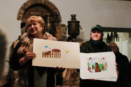"""Gražina Gudonienė pristato piešinius iš Širvintų """"Atžalyno"""" progimnazijos"""
