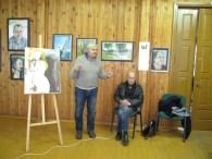Stovi ekslibristas K. Kupriūnas, sėdi medžio skulptorius A. Seibutis