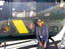 Švelniose moters rankose – sraigtasparnio vairas ir šaunamasis ginklas