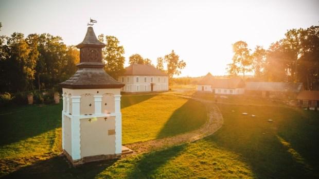 Naujuoju vaizdo klipu, kuriame atskleidžiamas gamtos, istorinių pilių ir dvarų grožis, Lietuvos pilių ir dvarų asociacija skatina keliauti po Lietuvą ir pažinti jos kultūrinį paveldą.