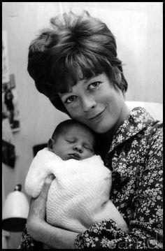 Maggie með nýfæddan son sinn 1969