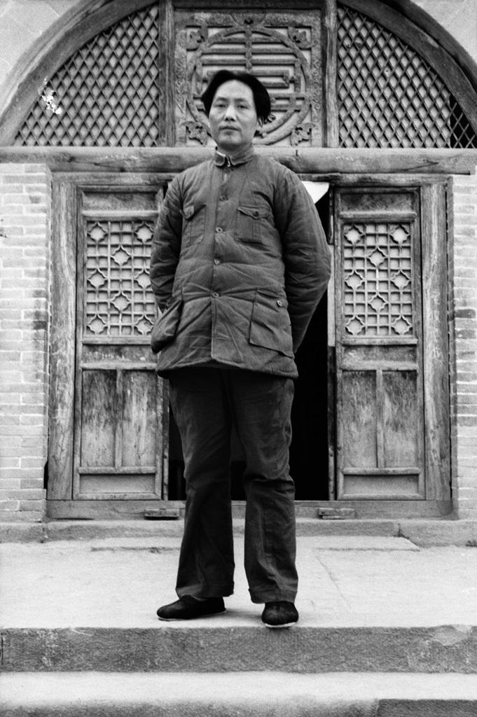 Mao Zedong vor dem Eingang zur Roten Akademie, Yan'an, 1938