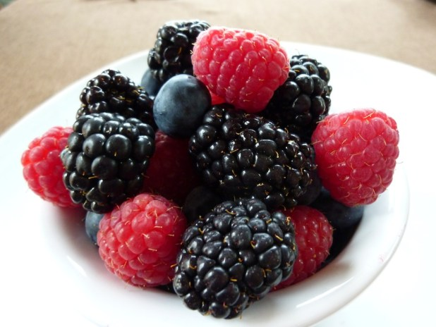 www.lifeandsoullifestyle.com - overnight Quaker oats recipe - bowl-of-mixed-berries