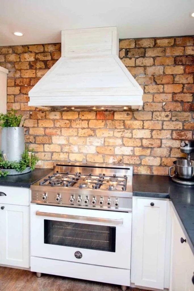 BP_HFXUP210H_King_kitchen_detail_range-and-hood_169628_541199-1097280.jpg.rend.hgtvcom.1280.1920