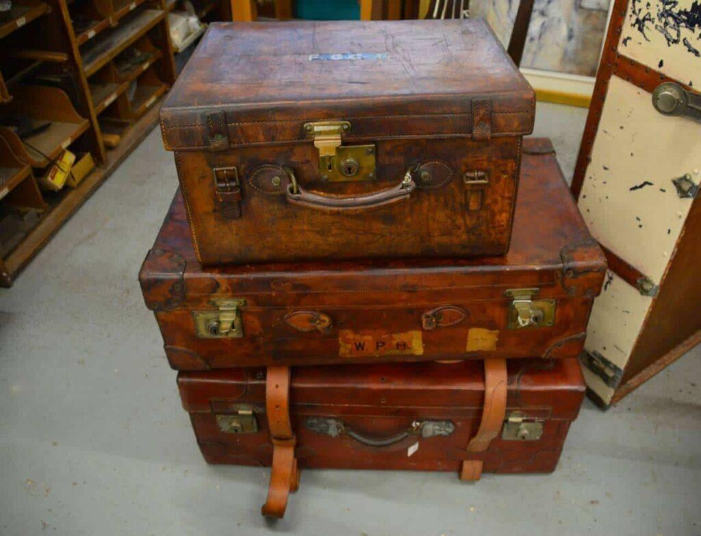 vintage-suitcases-bedroom-storage