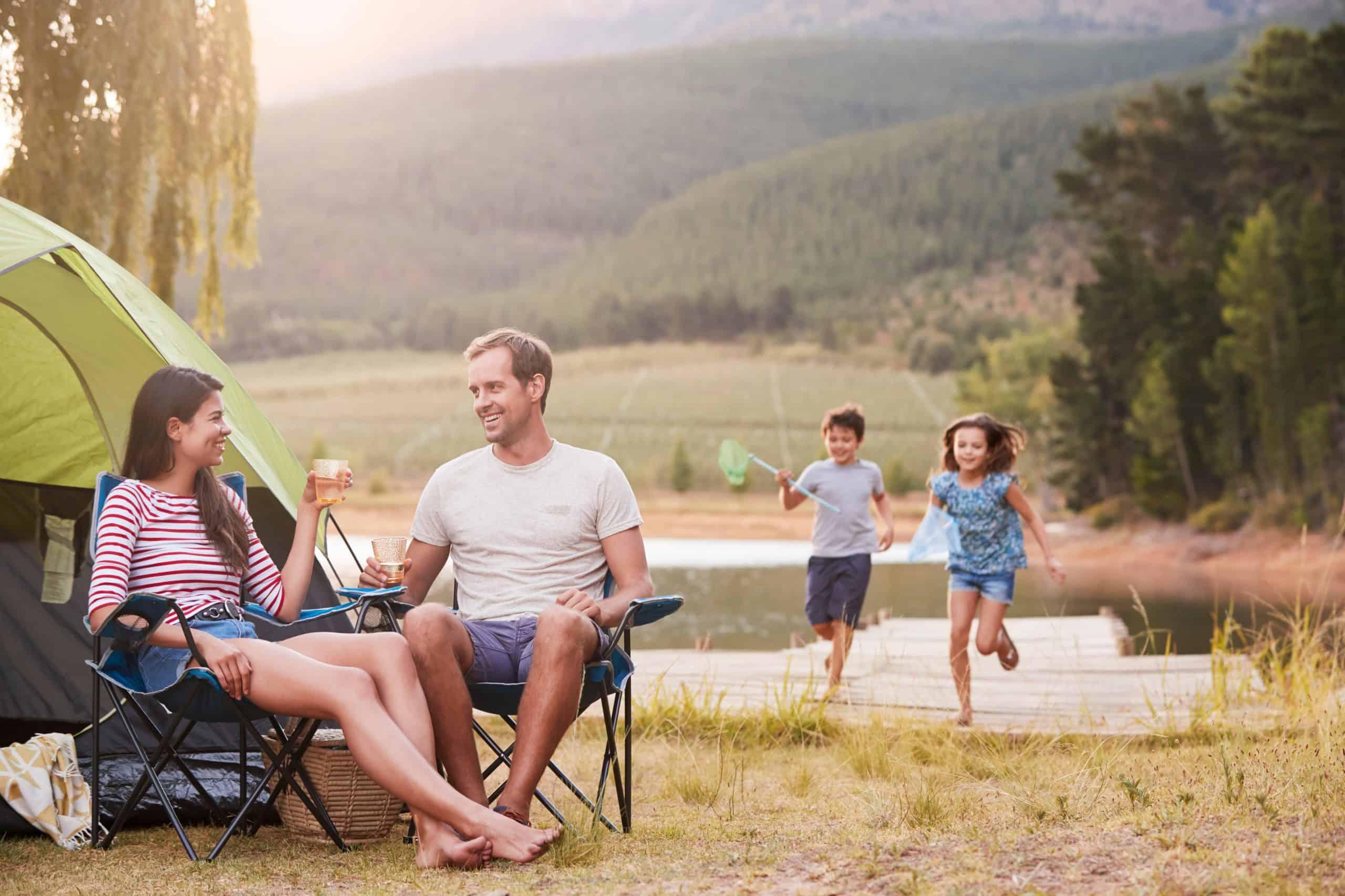 Urlaubsplanung Familie genießt Campingurlaub am See zusammen