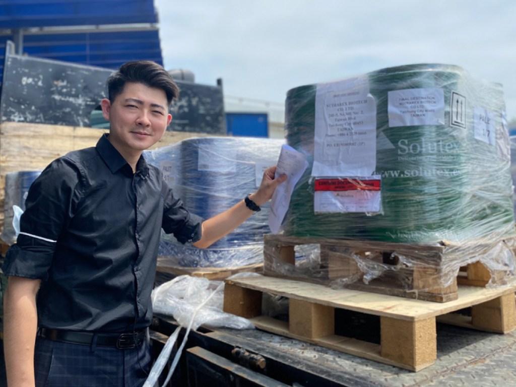 江欣樺營養師親自爲西班牙魚油接機,真正安心是台灣在地的品質把關 (圖片來源營養師輕食)