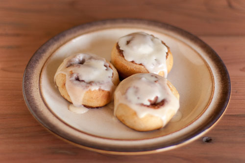 cinnamon rolls with vanilla icing: Cinnamon Rolls, a tutorial for rolling and cutting https://lifecurrentsblog.com #tutorial #howto #cinnamon #breakfast