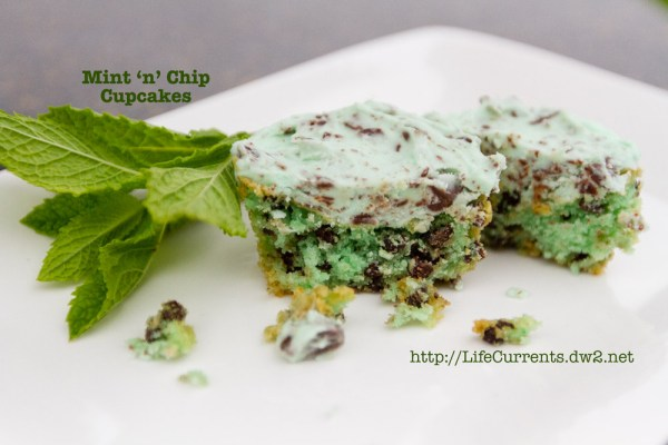 Mint 'n' chip Cupcakes | Life Currents https://lifecurrentsblog.com #cupcake #mint #chocolate