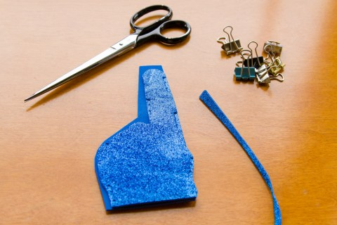 DIY Glitter Foam Finger  tutorial  |  Life Currents  https://lifecurrentsblog.com
