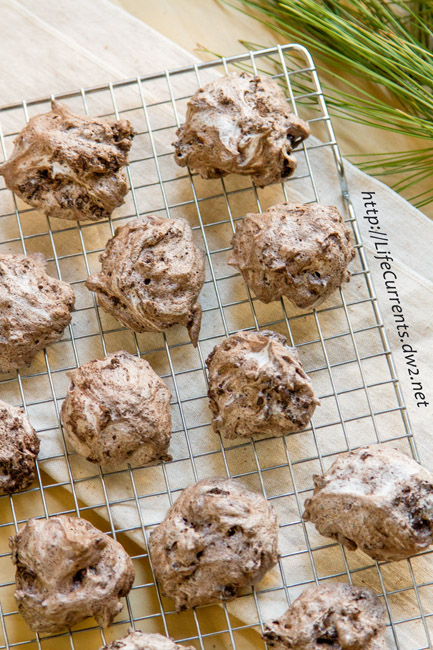 These Chocolate Cherry Meringue Cookies with NESTLÉ® TOLL HOUSE are the crispiest yet chewiest fudgy-ist chocolaty-ist cookie ever! #HolidayRemix #AD #sponsored #BakeSomeonesDay