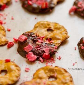 Chocolate and Peppermint Covered Pretzel Crisps from Life Currents are a great way to use up Christmas leftovers, and who doesn't love chocolate and mint all year round!