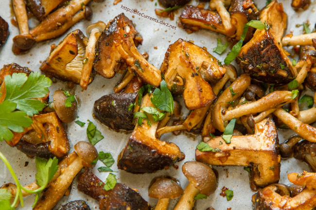 Marinated and Roasted Mushrooms are so easy to make and super delicious! Perfect for a holiday dinner! by Life Currents https://lifecurrentsblog.com