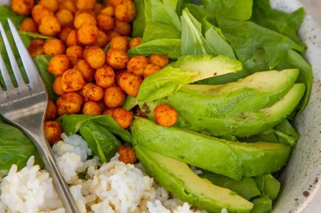 Roasted Garbanzo Bean and Avocado Salad from Life Currents is a great healthy lunch! https://lifecurrentsblog.com/