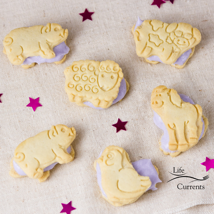 Aunt Lois' Frosting – a great easy to make frosting that's perfect for cut out cookies
