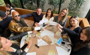 Luis Maida celebra seu aniversário em almoço com amigos.