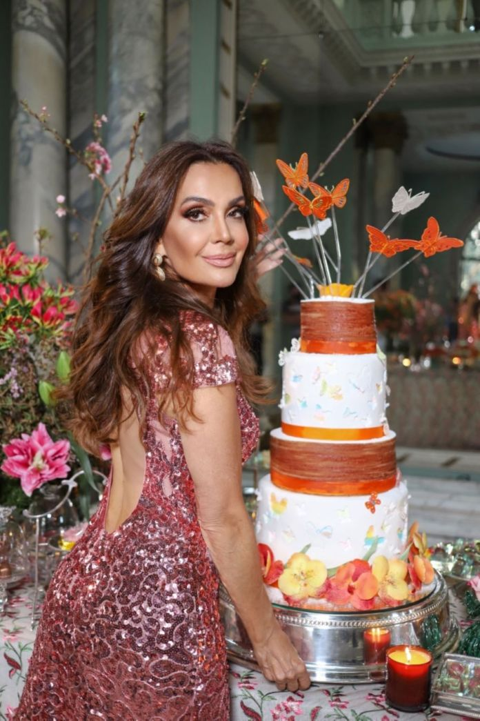 Claudia Métne celebra aniversário com festa virtual no Palacio dos Cedros