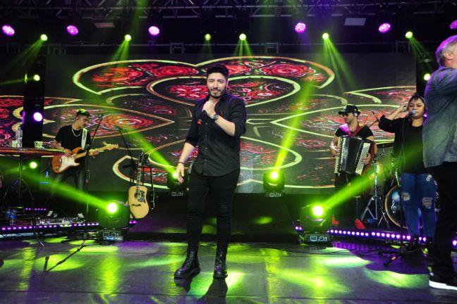 Live do cantor Rafael Yared com apresentação do Oscar Magrini foi um sucesso