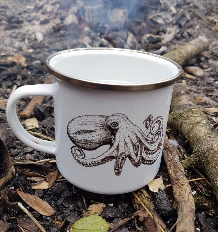 Curled octopus enamelled mug