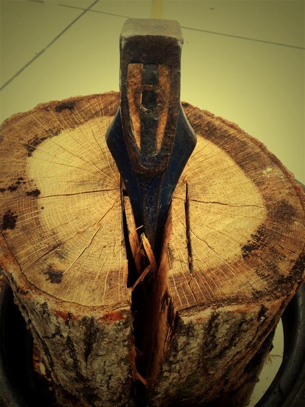 薪割りは玉切りを割るタイミングを間違えると大変です