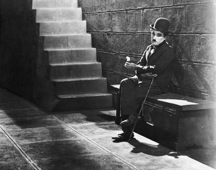 Бродяжка сидит в тюрьме, роли Чаплина, Чарли Чаплин