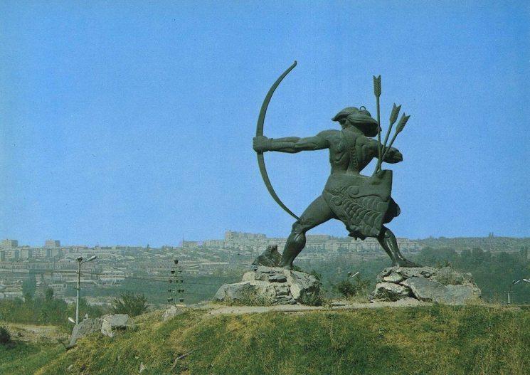 Фишки дня — 11 августа, Айк-лучник, Армения, Ереван, памятник