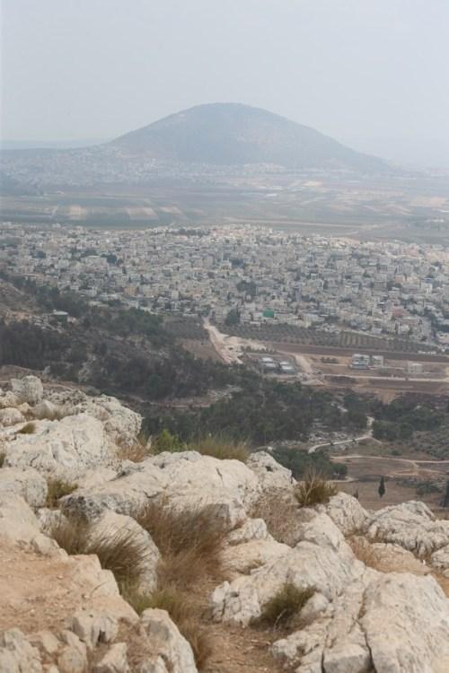 вид на гору Фавор с горы низвержения, гора Свержения
