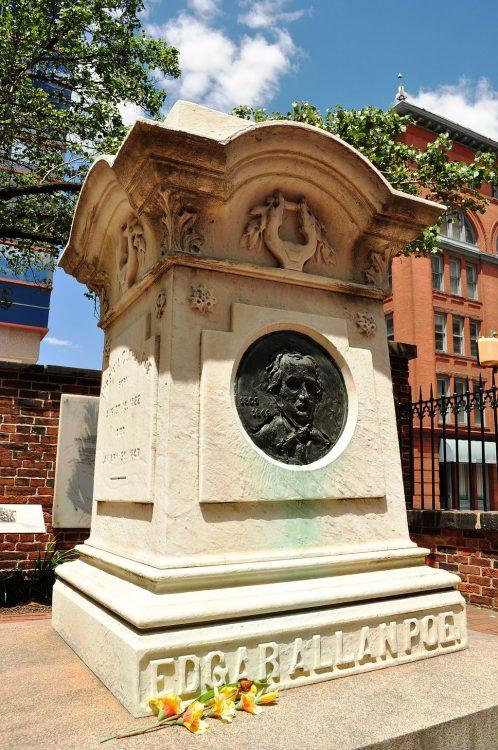 Памятник на могиле Эдгара По в Балтиморе