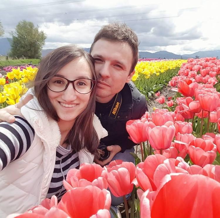 Как украинцам живется в Канаде, Канада, тюльпаны, семейная пара