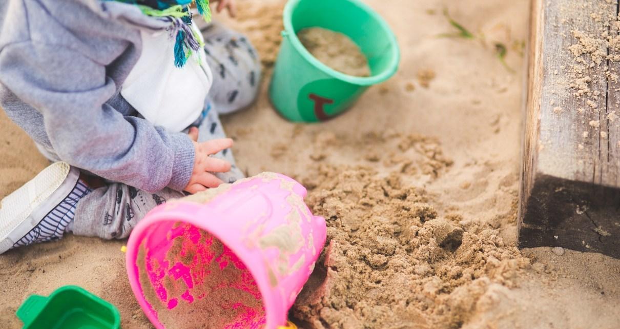 make a kids sandpit