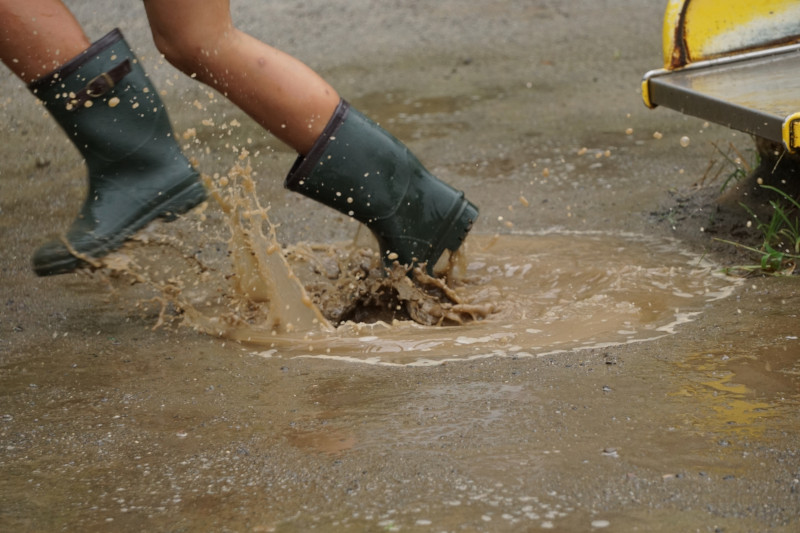 水たまりと長靴。写真AC