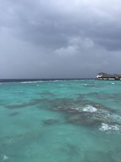 sezon deszczowy na Malediwach, burza, fale, wzburzone morze
