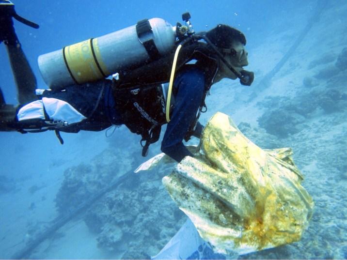 Zbieranie śmieci na rafie na Malediwach