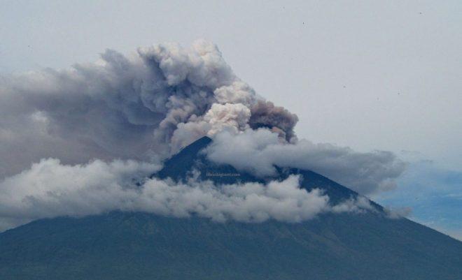Ugnikalnio dūmai Balio saloje